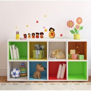 Une déco claire et colorée à la fois en peignant les intérieurs d'étagères.