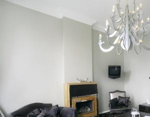 Mur gris perle et plafond blanc