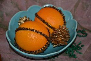 Orange et pomme de pin