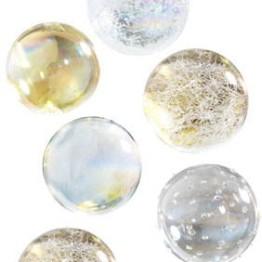 Collez de Jolies boules imitation verre soufflé sur une nappe gris foncé pour faire ressortir leur aspect brillant et précieux