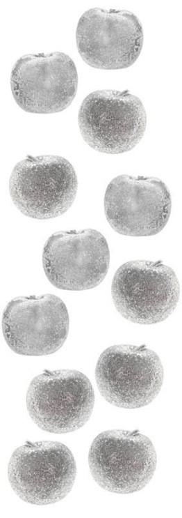 Pour une déco scintillate et magique optez pour les pommes argentées et légèremet pailletées sur votre nappe dorée !