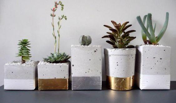 Jolis pots de fleurs en béton peint.