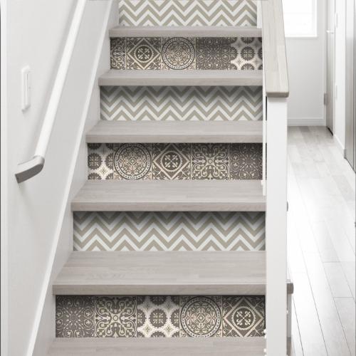 Rénovation d'escalier avec des stickers contremarche escalier chevrons et carreaux de ciment gris