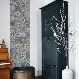 Décoration murale rétro avec carreaux de ciment vintage dans les tons bleu et marron