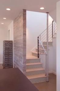 Déco escalier avec contremarches adhésives à chevrons gris