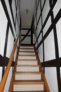 Rénovation escalier en bois avec contremarche escalier adhéive chevrons gris