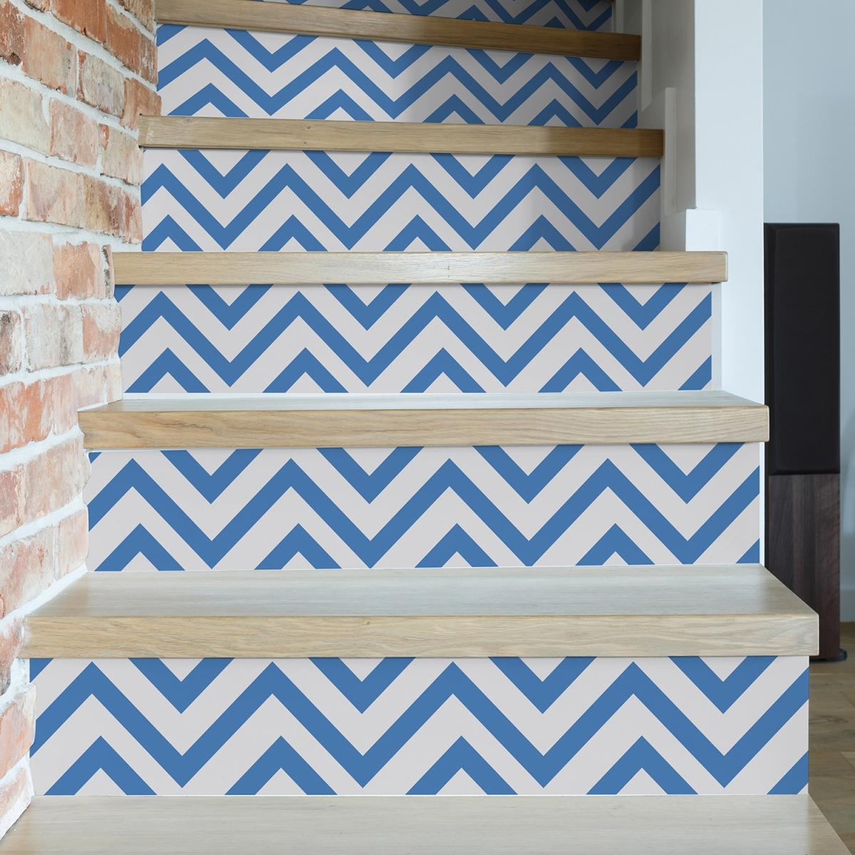 Déco escalier avec contremarche d'escalier adhésives aux chevrons bleu et blanc - Déco marine