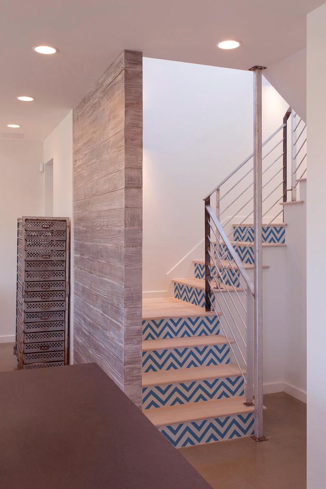 Intérieur industriel avec conremarche escalier chevrons bleu et blanc