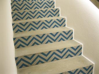 Décoration marine dans des escaliers en béton avec contremarches escalier bleu et blanc