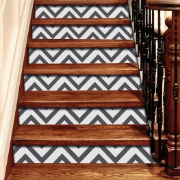 Rénovation d'escalier avec stickers contremarches chevrons gris foncé
