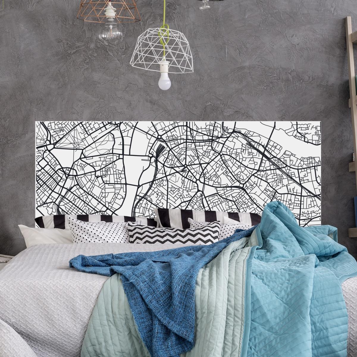 Décoration de chambre industrielle avec un pland e Paris en noir et blanc en guise de tête de lit.