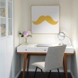 Décoration d'intérieur avec moustaches adhésives jaunes.