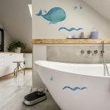 Décoration de salle de bain avec style marin avec une baleine et des vague bleu
