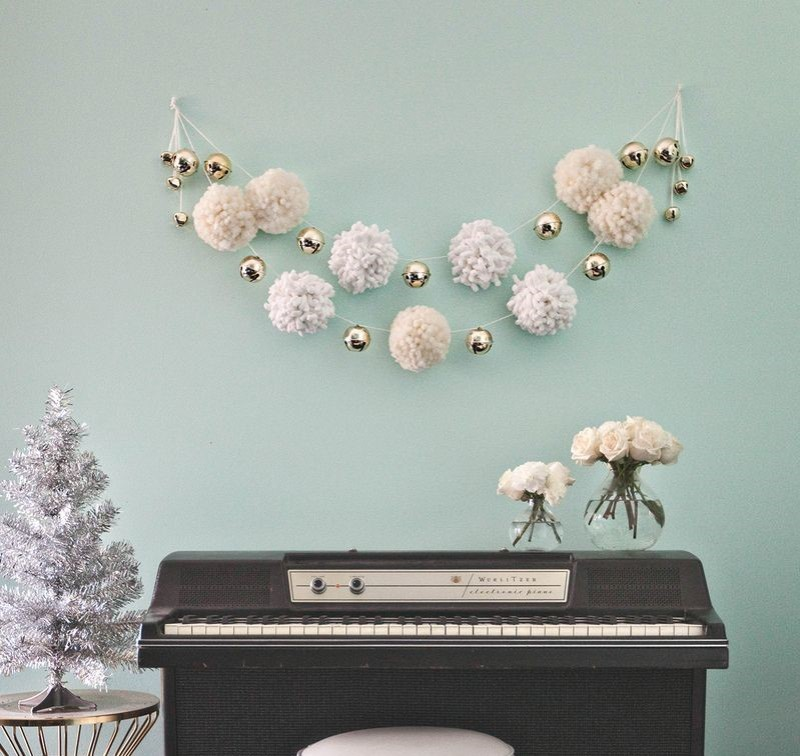 Le blog déco A beautiful mess propose un DIY guirlande pompons.